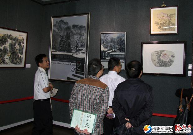 一些市民正在美术作品展厅参观