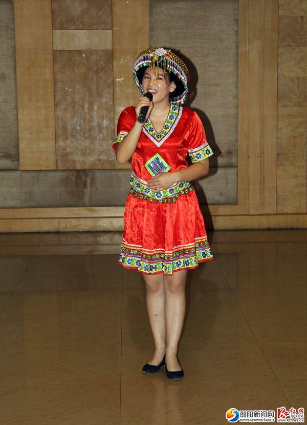 一位参赛选手身着民族服饰进行现场导游讲解。
