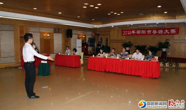 6月19日,2014年邵阳市导游大赛开赛,选手郑家夫正在作自我介绍。