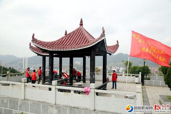志愿者服务队到革命英雄纪念园清理有色垃圾