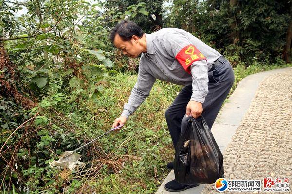 志愿者在拾取路边垃圾