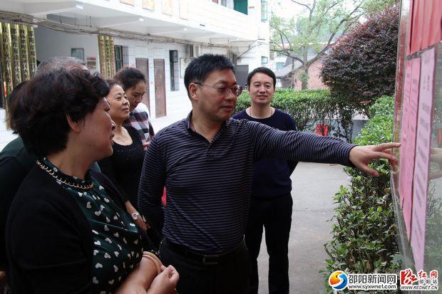 李斌(右二)在双清区火车站乡检查换届候选人公布情况。