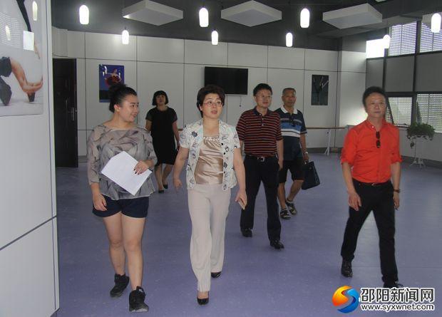 周迎春(中)文化馆现场调度
