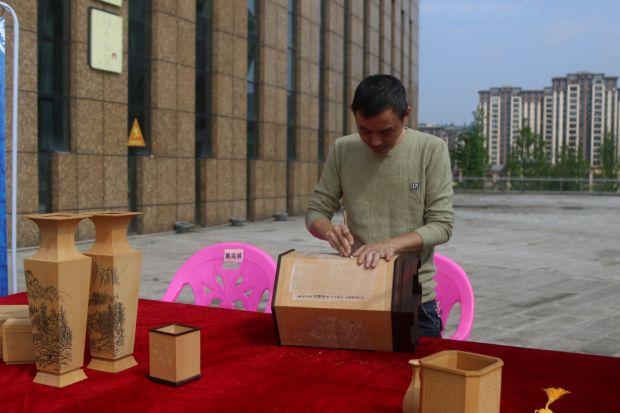 宝庆竹刻传承人王浩宇在展示竹刻技艺