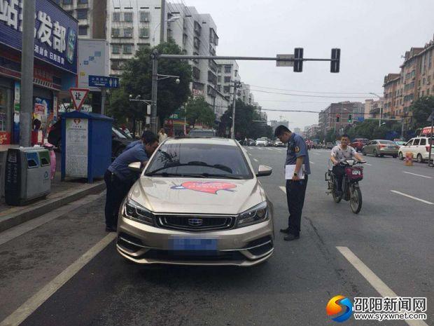 6月7日,市交通运输综合执法支队执法人员在检查过往私家。