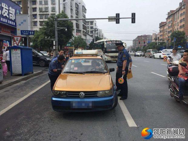 6月7日,市交通运输综合执法支队执法人员正在对出租车进行检查。