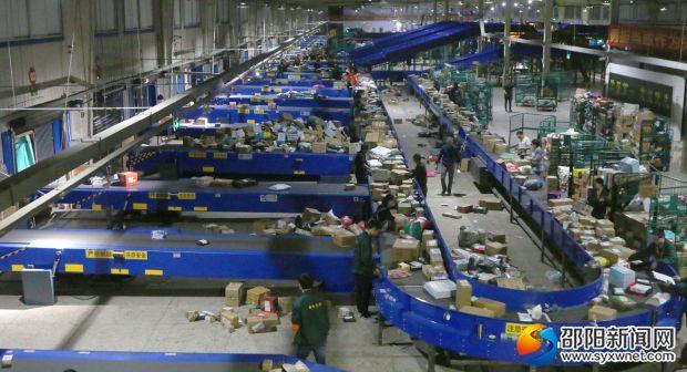 邵阳市邮政分公司寄递事业部分拣中心内一片繁忙。 拷贝