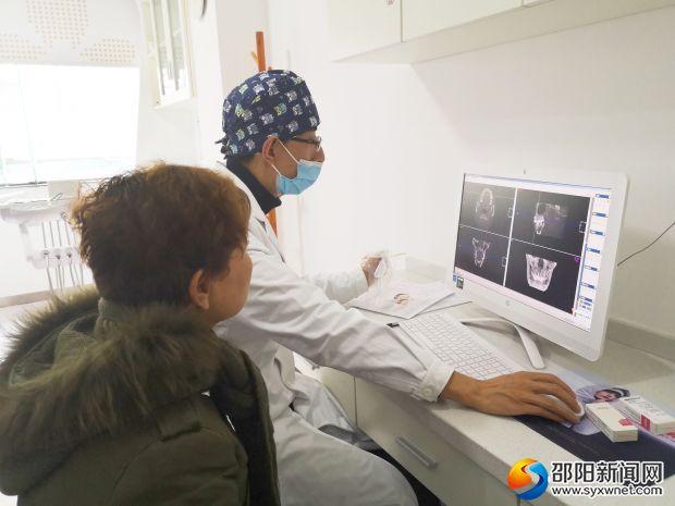 专家正在查看患者牙部CT.