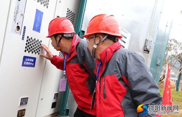 保电人员在检查供电设备
