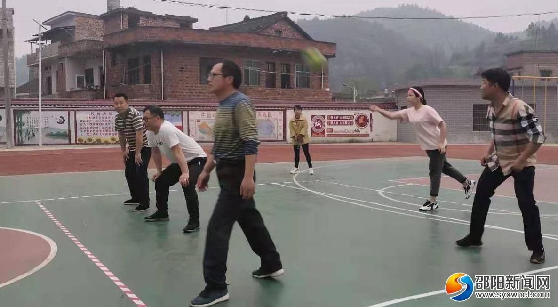 新邵潭溪镇中心小乐通LT118学举办气排球友谊赛
