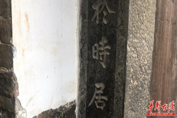 浪石村古建筑角门的石楹柱上的对联